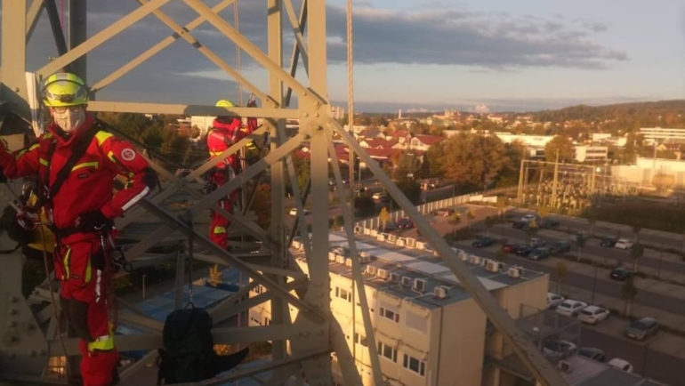 Höhenrettungsgruppe übt an Hochspannungsmast